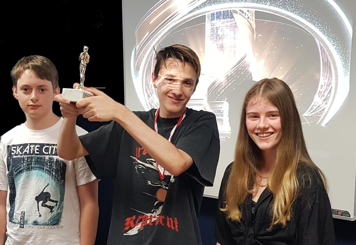 ME | Oscar | Daniel und Sophia überreichen den Oscar an Daniel 5A | BRG Wörgl