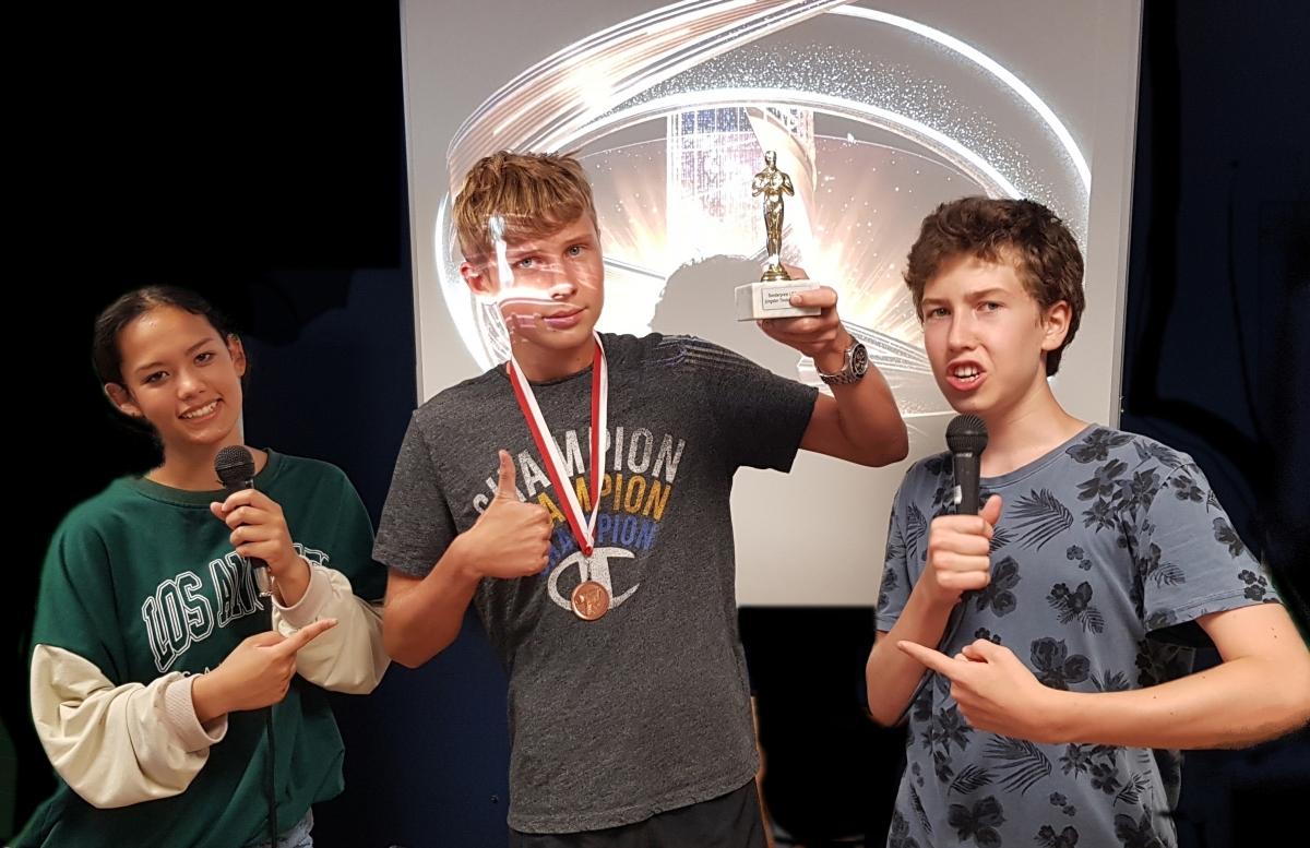 ME | Oscar | Kathi und Serafin überreichen den Oscar an Alexander 6A | BRG Wörgl